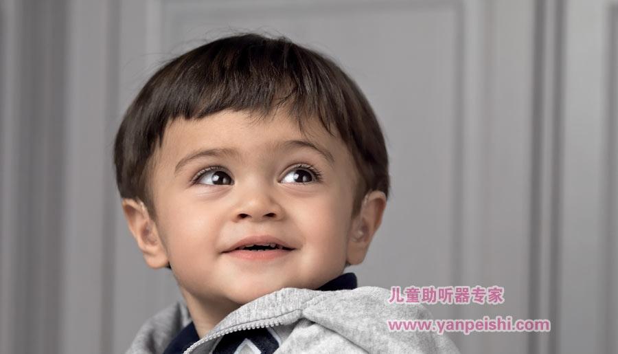 儿童佩戴助听器